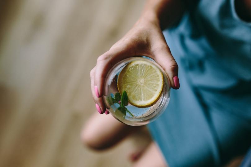 kaboompics_Closeup of lemon and mint with water
